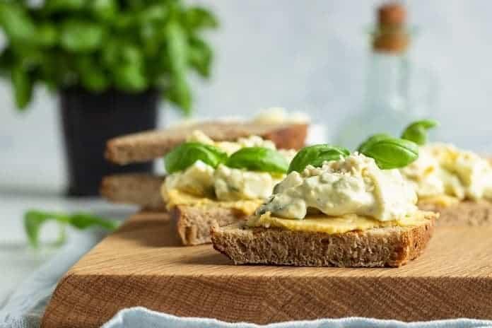 žitný chléb s vajíčkovou pomazánkou a bazalkou
