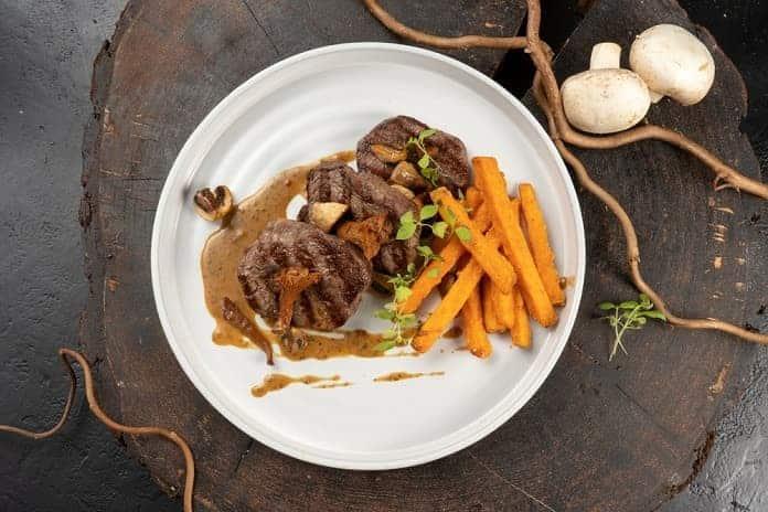 hovězí steak s batátovými hranolky
