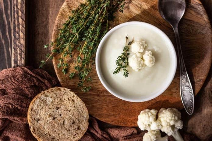 krémová květáková polévka s žitným pečivem