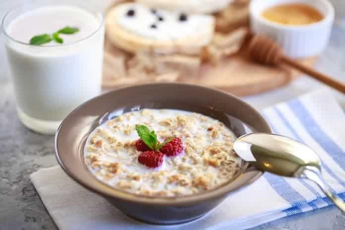 ovesná granola s mlékem, chia semínky a malinami