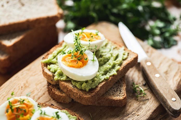 žitný chléb s avokádem a vařeným vejcem