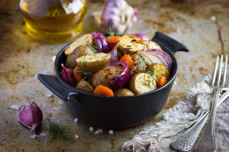 pecene-brambory-se-zeleninou-a-orechovo-seminkovou-posypkou